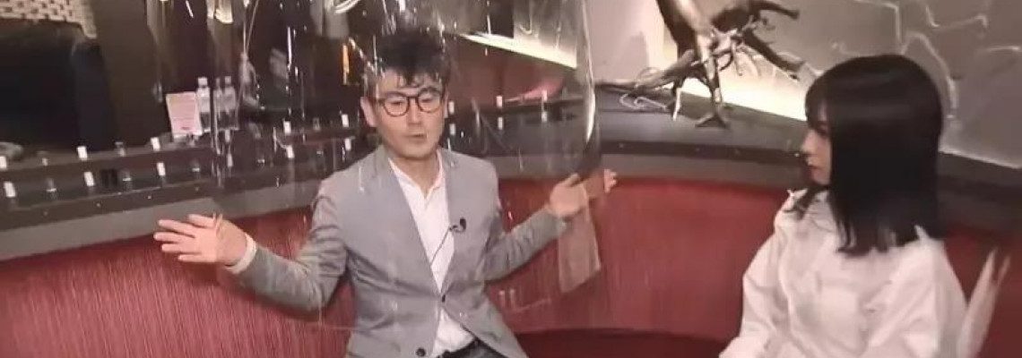 東京夜店奇招抗疫!客人用膠柱罩半身 女公關戴透明口罩防飛沫